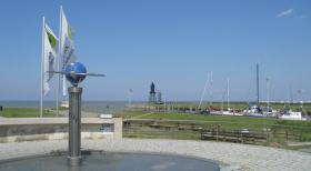 Blick von der Kurverwaltung auf den Leuchtturm