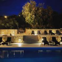 Pool mit Terrasse Baroni bei Nacht in Iz