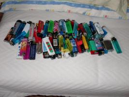 Feuerzeuge und Streichhölzer
