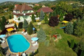Genießen Sie ungarische  Gastfreundschaft in komplett neu eingerichteten Zimmern mit warmem und freundlichem Ambiente. Der Swimmingpool kann kostenfrei genutzt werden. Genießen Sie die erholsame Ruhe, die wärmende Sonne, von früh bis spät und vor allem de