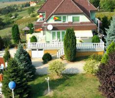 Foto 2 Genießen Sie ungarische  Gastfreundschaft in komplett neu eingerichteten Zimmern mit warmem und freundlichem Ambiente. Der Swimmingpool kann kostenfrei genutzt werden. Genießen Sie die erholsame Ruhe, die wärmende Sonne, von früh bis spät und vor allem de