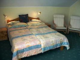 Foto 5 Genießen Sie ungarische  Gastfreundschaft in komplett neu eingerichteten Zimmern mit warmem und freundlichem Ambiente. Der Swimmingpool kann kostenfrei genutzt werden. Genießen Sie die erholsame Ruhe, die wärmende Sonne, von früh bis spät und vor allem de