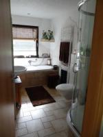 Bad mit Fenster, Badewanne und separater Dusche