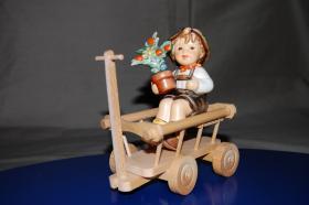 Goebel-Figur ''Junge auf Leiterwagen''