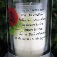 Foto 2 Grablaterne mit Stecker, Trauerlicht und Trauerspruch zum Gedenken.