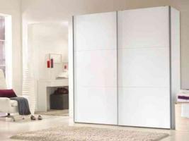gro er schlafzimmerschrank mit wei en schiebet ren. Black Bedroom Furniture Sets. Home Design Ideas
