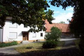 Gutshof in Bayern zur Pferdehaltung mit Reitplatz