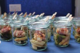Ziegenkäse im Speckmantel auf gebratenen Zucchini