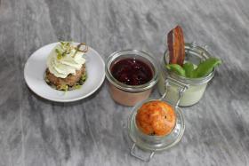 Minifrikadelle mit Wasabi,Geflügelleberparfait mit Portweingelee,Basil