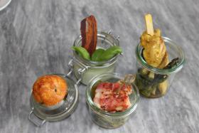 Basilikumpannacotta mit Minimuffin, Hühnchen-Curry Satée auf gebratene