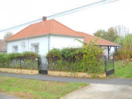 Foto 5 Haus in Ungarn Balaton Plattensee nähe Zalakaros 1700m2 Grundstück Neu Renoviert Carport