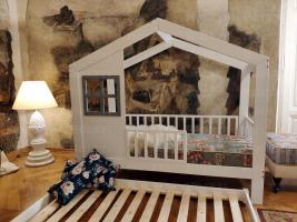 Hausbett Cynia aus Holz mir Barrieren und zweite Bett