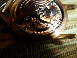 Foto 11 IWC Schaffhausen Herrenarmbanduhr Automatik Gold mit Datum Baujahr 1960