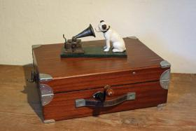 Foto 2 Koffergrammophon England ca. 1930