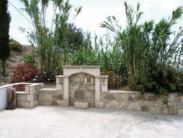 Kreta Villa Lemoni - Im Hof ein Grill und Wasserstelle
