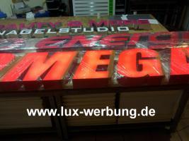 Foto 38 Leuchtreklame für Gewerbeimmobilien Werbekästen Leuchtkästen Leuchtschilder Leuchtbuchstaben Berlin 3D Plexibuchstaben mit LED Beleuchtung beleuchtete Einzelbuchstaben Schriftzüge Außenwerbung Lichtreklame Kassel