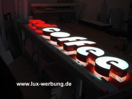 Foto 42 Leuchtreklame für Gewerbeimmobilien Werbekästen Leuchtkästen Leuchtschilder Leuchtbuchstaben Berlin 3D Plexibuchstaben mit LED Beleuchtung beleuchtete Einzelbuchstaben Schriftzüge Außenwerbung Lichtreklame Kassel