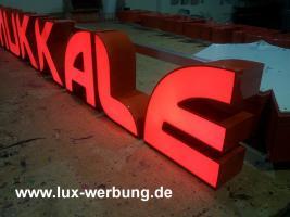 Foto 24 Leuchtreklame Leuchtwerbung Außenwerbung 3D LED Leuchtbuchstaben Einzelbuchstaben mit LED Beleuchtung Leuchtkästen Dibondkästen   Gewerbeimmobilien 3D LED RGB