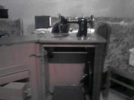 Foto 2 Liebhaberstück!! Schranknähmaschine antik!!