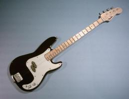 Miniaturgitarre – Black Fender Bass
