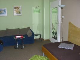 Fernsehzimmer mit Einzelbett