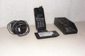Motorola Handy (1996) mit zwei Akkus + Ladegerät
