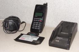Foto 2 Motorola Handy (1996) mit zwei Akkus + Ladegerät