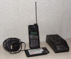 Foto 4 Motorola Handy (1996) mit zwei Akkus + Ladegerät