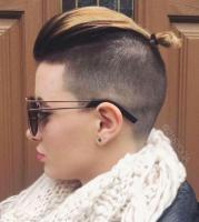 mittellange Haare mit extrem hohem Undercut