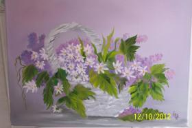 Körbchen mit Flieder und Gänseblümchen
