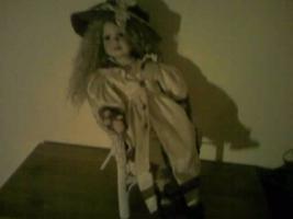 Puppe im Stuhl
