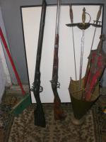 Requisiten/Ölbilder/Überseekoffer, Kleinmöbel, Kronleuchter milit Deko