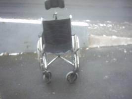 Rollstuhl mit oder ohne Kopfstürze