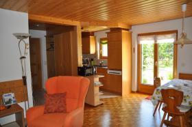 Wohnzimmer mit direktem Ausgang zur Gartenterrasse.