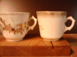 Foto 2 Sammler !2 alte  Porzellantassen in Weiß
