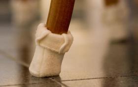 Foto 3 Samtpfoten gegen Stuhlbeinkratzer