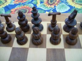 Foto 2 Schachfiguren aus Rio Palisander und Buche handgeschnitzt und gedrechselt