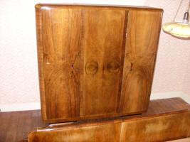 Schlafzimmer Nussbaum mit 2 Nachttischchen Doppelbett und Kleiderschrank 3-türig massiv etwa 70 Jahre alt gut erhalten