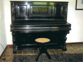 Schöner KLAVIERHOCKER, schwarz hochglanz mit Pedigrohrsitzfläche, wenig gebraucht, keine Gebrauchsspuren.