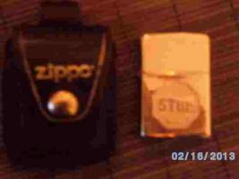 Schönes Zippo Feuerzeug (''STOP'' Gravur) mit origin. Gürteltasche