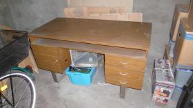 Foto 2 Schreibtisch und Stuhl