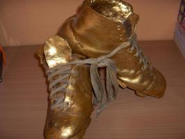Foto 3 Schuhskulpur--Das Wunder von Bern-schlagmetall-Vergoldet
