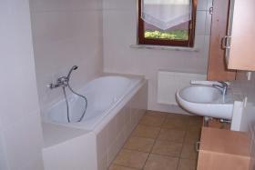 Das Bad ist mit Dusche und Wanne ausgestattet.