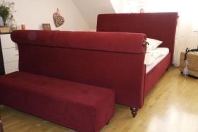 Tolles Ehe-Doppel- Bett 2 x 80 cm x 200 cm weinroter Stoff mit Fußbank wie NEU