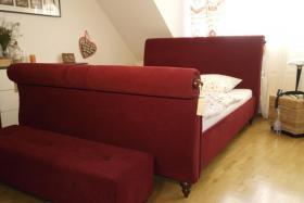Foto 2 Tolles Ehe-Doppel- Bett 2 x 80 cm x 200 cm weinroter Stoff mit Fußbank wie NEU