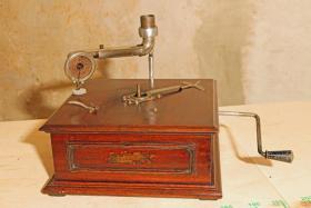 Foto 3 Trichtergrammophon aus ca. 1920