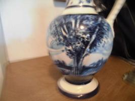 Foto 7 Ulmer-Keramikkanne;blau dekoriert, man kann vier Personen sehen;heil, nur der Deckel ist ein Problem