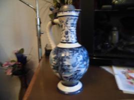 Foto 12 Ulmer-Keramikkanne;blau dekoriert, man kann vier Personen sehen;heil, nur der Deckel ist ein Problem