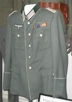 Foto 2 Uniformen/Kopfbedeckung/Dienstgradabzeichen/Auszeichnungen