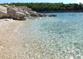 Romantischer Strand in der Bucht Kostrena